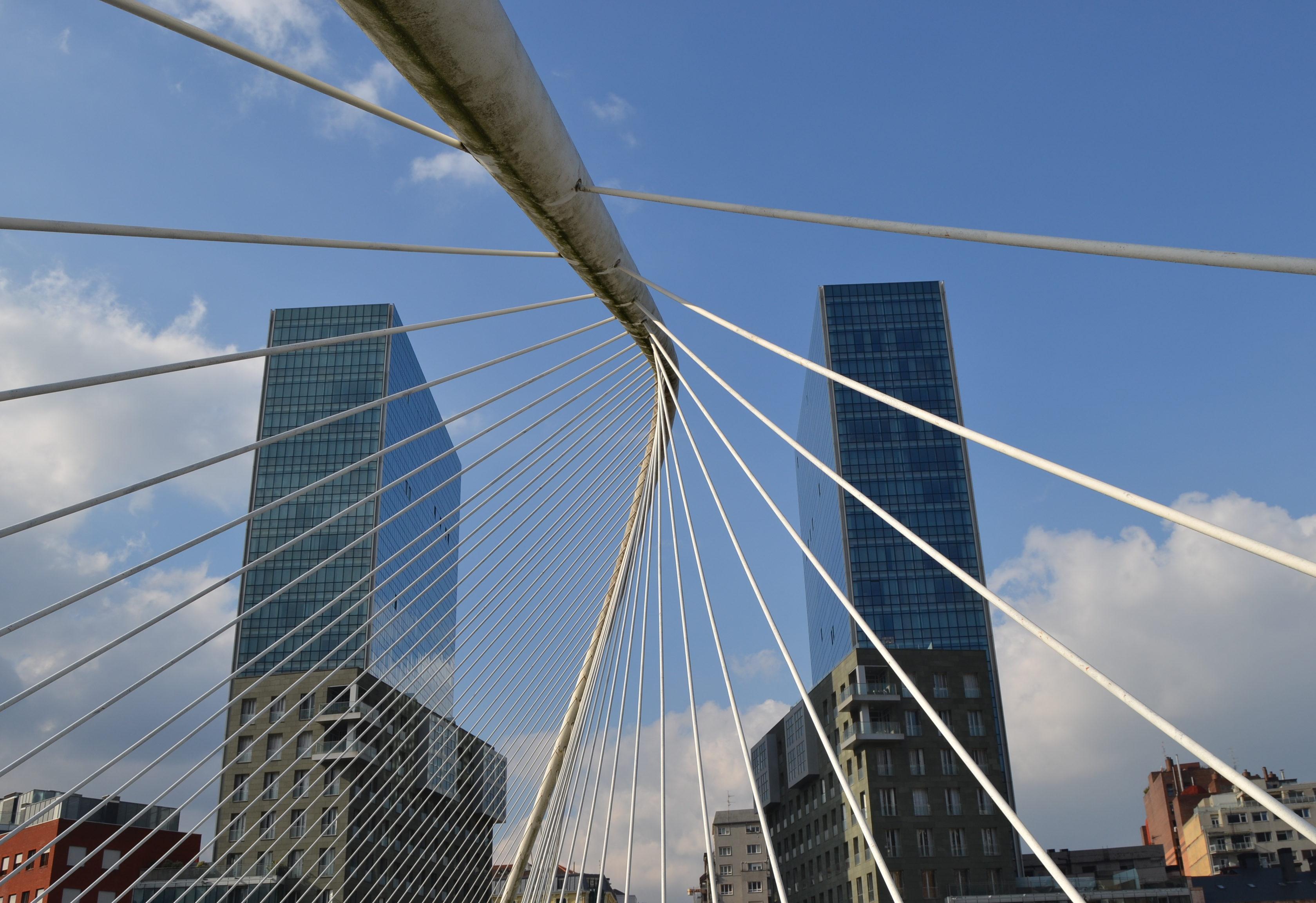 Quoi faire à Bilbao en 3 jours - Pont Zubizuri séjour à Bilbao 3 jours à Bilbao quoi faire à Bilbao quoi voir à Bilbao les p'tits touristes blog voyages les p'tits touristes