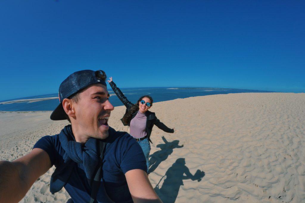 une-escapade-a-la-dune-du-pilat-bassin-arcachon-dune-du-pilat-dune-du-pyla-selfie-amoureux-couple-sable-les-ptits-touristes-blog-voyage